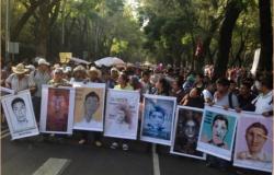 """""""Para nosotros están vivos"""": padres de normalistas en protesta en el DF"""
