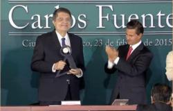 EPN entrega premio Carlos Fuentes a Sergio Ramírez