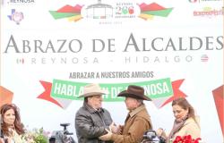Refrendan Alcaldes amistad con tradicional abrazo