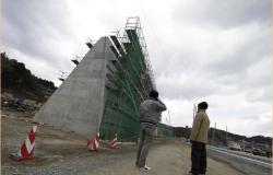 Construye Japón gigantesco muro para contener tsunamis