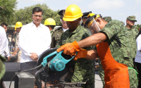 Presiden Gobernador y autoridades militares ceremonia de destrucción de armamento.