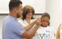 Entrega DIF Tamaulipas auxiliares auditivos a estudiantes que regresan a clases después de periodo vacacional.