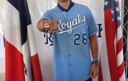 Recibe tamaulipeco Oscar Valenzuela anillo de campeón con Kansas Royals.