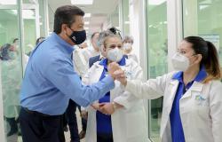 Reconoce Francisco Cabeza de Vaca a personal de salud en hospitales privados que luchan contra el Covid-19.