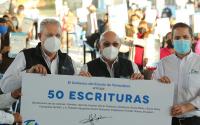 Francisco Cabeza de Vaca brinda certeza jurídica a las familias tamaulipecas con la entrega de escrituras.
