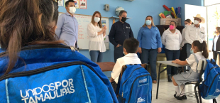 Mariana Gómez visita escuelas rurales de Ocampo y Nuevo Morelos para hacer entrega de nuevos desayunadores escolares y dotaciones alimentarias a estudiantes.